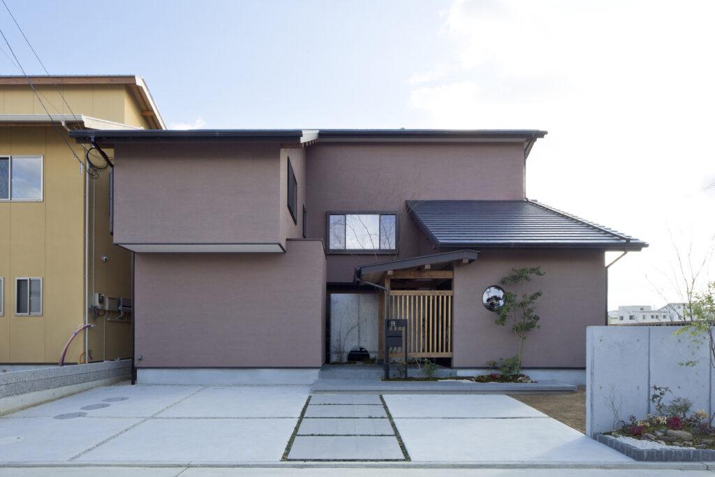 気を中心に集め、伝統とモダンが融合する家
