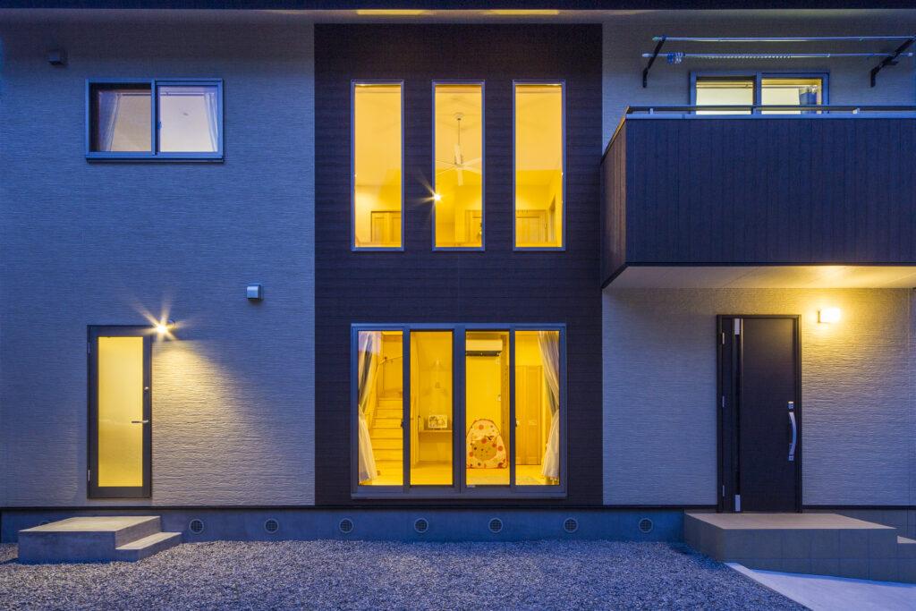 光と風を取り入れ、家族が豊かに生活する温かな住処